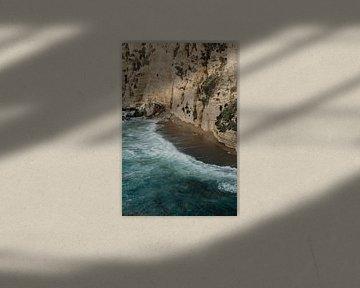 Golven in de branding aan rotswand van Moniek Kuipers