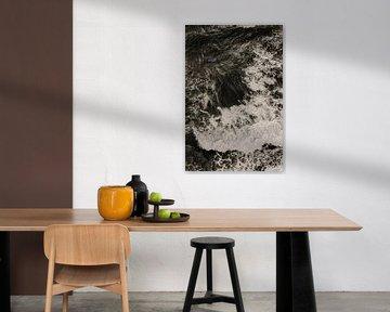 Zwart wit beeld van woeste golven van Moniek Kuipers