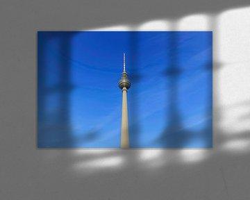 Berlin Fernsehturm mit blauem Himmel von Frank Herrmann