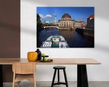 Ausflusschiff auf der Berliner Spree an der Museumsinsel von Frank Herrmann
