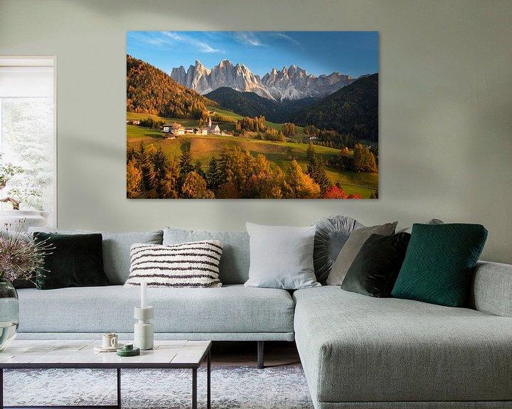 Sfeerimpressie: Landschap met kerk en bergen in Italië in de herfst van iPics Photography
