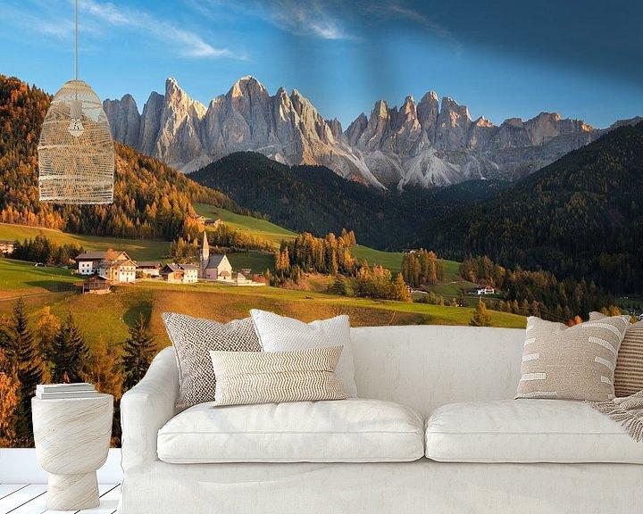Sfeerimpressie behang: Landschap met kerk en bergen in Italië in de herfst van iPics Photography