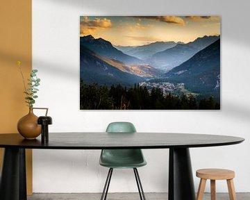Vestingstad Briançon in de Franse Alpen bij avondlicht van Damien Franscoise