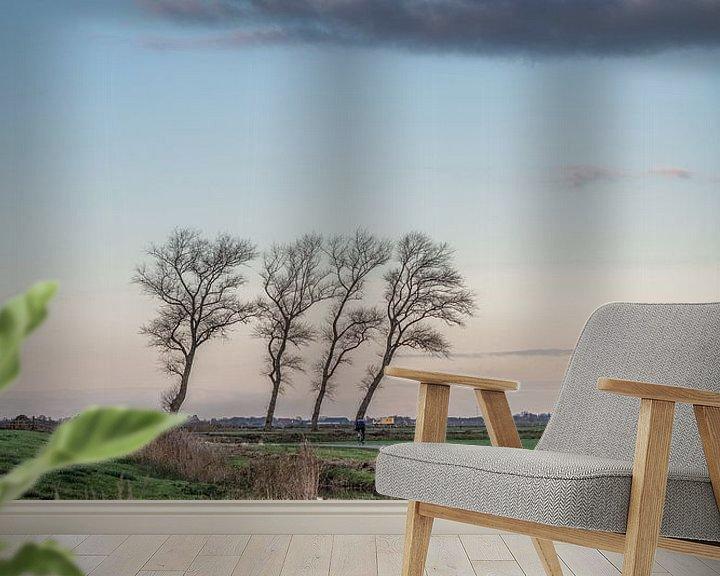Sfeerimpressie behang: Slootje bij de Sondeler Leier met vier scheefgewaaide bomen van Harrie Muis