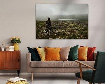 stenen gestapeld, aan de voet van de berg op een mistige morgen van Karijn | Fine art Natuur en Reis Fotografie