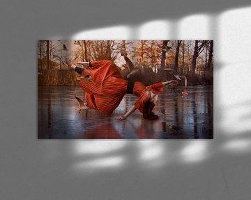 Zwevend meisje in het rood. van Cindy Dominika