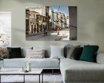 Een authentieke straat in oud Havana, Cuba van Art Shop West