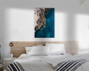 Felsen und blaues Meer   Menorca, Spanien   Landschaftsfotografie   Natur &Ampel; Feiertage von Melody Drost