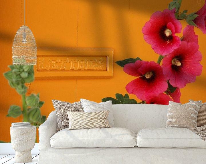 Sfeerimpressie behang: Post / stokroos van Margo Schoote