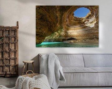 Grot aan de Algarve Kust, Portugal van Adelheid Smitt