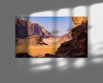 Rotsachtig landschap in Wadi Rum, Jordanië van Jessica Lokker