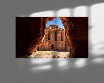 Das Kloster, von einer Höhle aus gesehen, in Petra (Jordanien) von Jessica Lokker