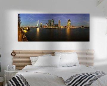 Rotterdamse skyline in de avond
