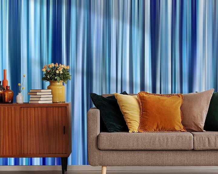 Sfeerimpressie behang: Hint of Denim (Blauwe Strepen in Denimkleuren) van Caroline Lichthart