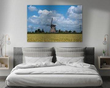 Landschaft mit schöner traditioneller holländischer Windmühle mit blauem Himmel und Wolken. von Tjeerd Kruse