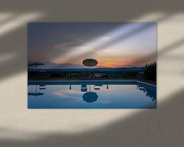 Un coucher de soleil avec piscine et eau bleue en Toscane, Italie. sur Tjeerd Kruse