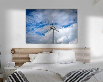 Windturbine met een blauwe lucht en wolken van Sjoerd van der Wal