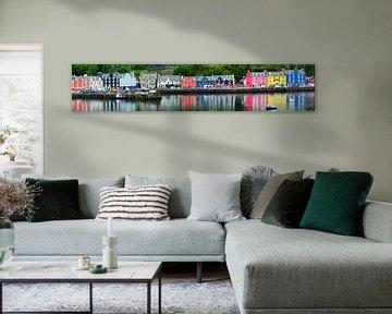 Kleurige huizen aan de kade in Schotland van Peter Schoo - Natuur & Landschap