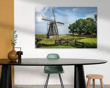 Eine holländische Mühle in einer echten holländischen Umgebung. von Peter de Jong
