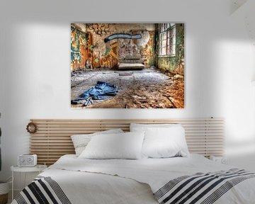 Zimmer im verlassenen alten Sanatorium von Tineke Visscher