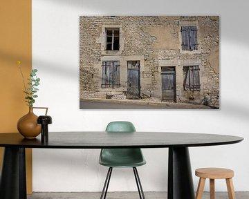 Alte Türen und Fenster in Gebäuden in Frankreich von Joost Adriaanse