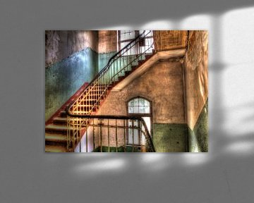 Treppenhaus in einem alten, verlassenen Gebäude von Tineke Visscher