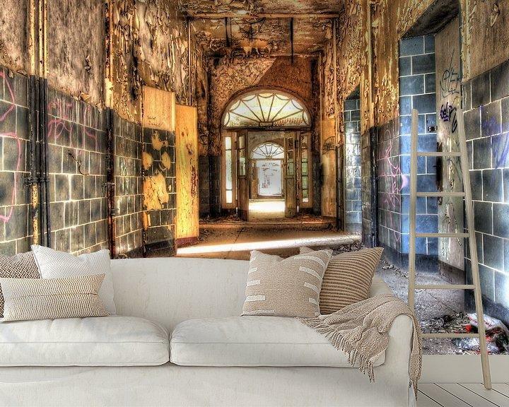 Beispiel fototapete: Zerbrochene Fenster und leere Flure in einem alten, verlassenen Gebäude von Tineke Visscher