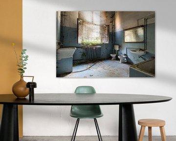 Salle de bain bleue abandonnée sur Kristof Ven