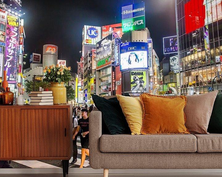Sfeerimpressie behang: Shibuya crossing in de nacht van Jeffrey Schaefer