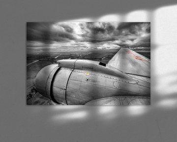 un avion DC-3 classique survolant la Hollande du Nord