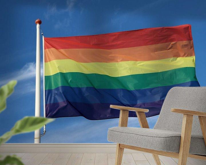 Sfeerimpressie behang: Regenboogvlag wappert met blauwe lucht en wolken van André Muller
