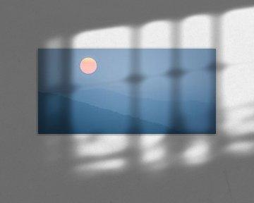 Panorama zonsopkomst over bergen