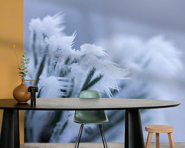 Sfeerimpressie behang: Een wit winterdetail, bevroren plant met ijspegeltjes van Karijn   Fine art Natuur en Reis Fotografie