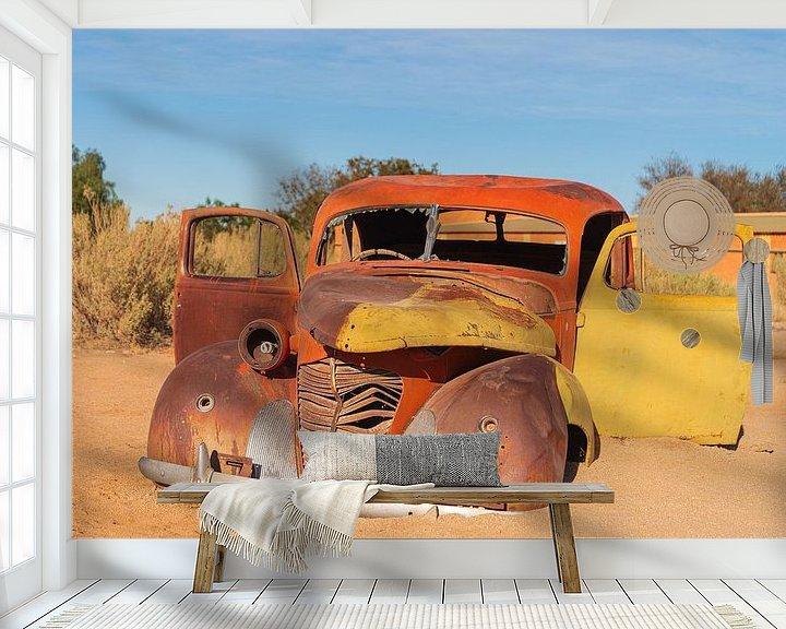 Sfeerimpressie behang: Oldtimer in de woestijn van Adri Klaassen