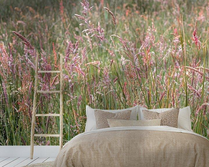 Sfeerimpressie behang: Bloeiend gras van Hanneke Luit