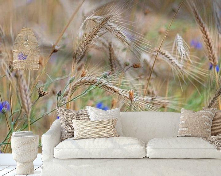 Sfeerimpressie behang: rogge en korenbloemen van Hanneke Luit