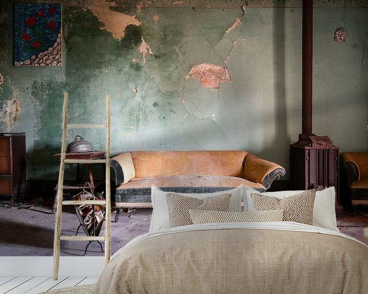 Sfeerimpressie behang: Bankstel in Verlaten Woning. van Roman Robroek