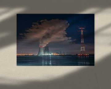 Rivier De Schelde met koeltorens van kernreactor Doel en enorme condensatiewolk van Daan Duvillier