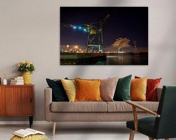 Massiver Hafenkran im Hafen von Antwerpen mit Kühltürmen Doel von Daan Duvillier