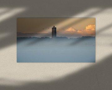 Brandaris komt mooi boven de mist uit van Marjolein van Roosmalen