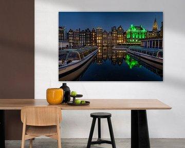 Der Kanal beherbergt den Damrak Amsterdam. von Leon Okkenburg