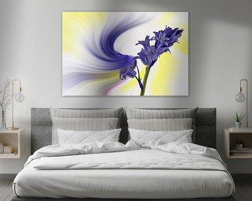 Blaue Glockenblume, vor einem farbigen, abstrakten Hintergrund. von Harry Adam