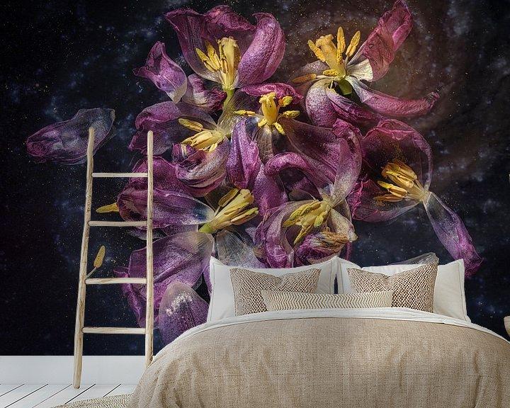 Sfeerimpressie behang: Tulpen in verval van Monique van Velzen