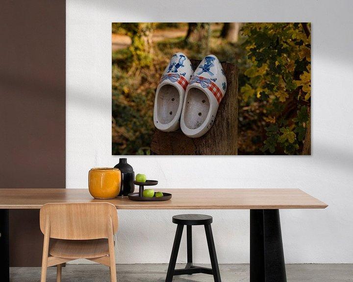 Impression: deux chaussures en bois sur un poteau en bois sur le chemin des chaussures en bois sur ChrisWillemsen