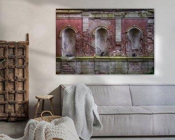 oude muur met beelden van katten