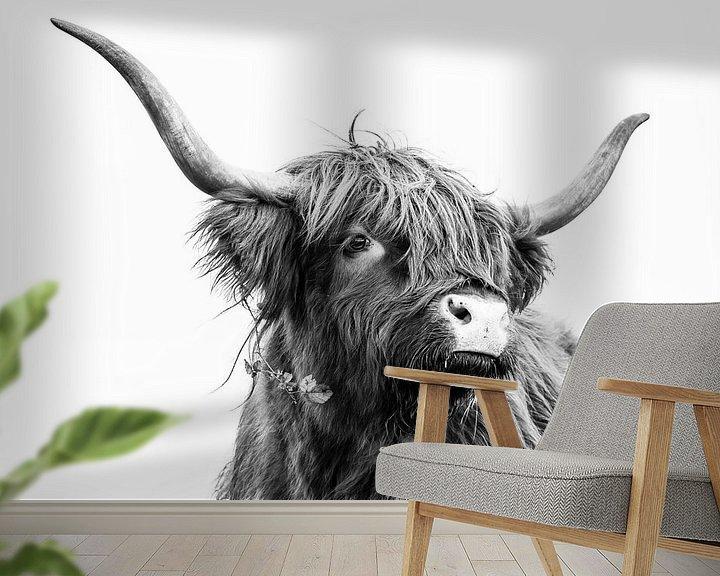 Sfeerimpressie behang: Schotse Hooglander in zwart-wit van Caroline De Reus