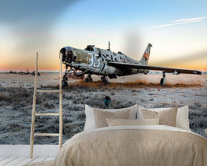 Sfeerimpressie behang: Prachtig vliegtuigje met de ochtendzon van William Linders
