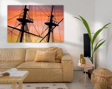 Les mâts du navire des Indes orientales au lever du soleil sur Tijmen Hobbel