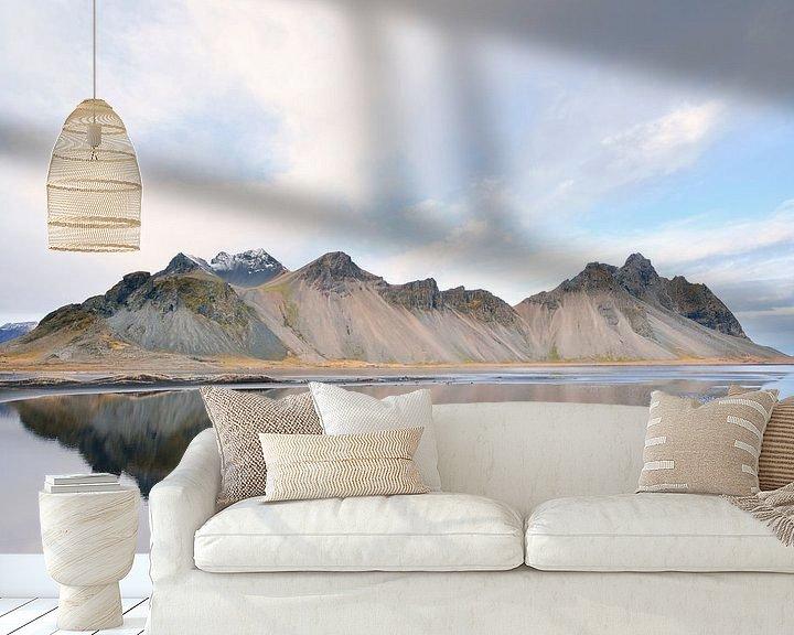 Sfeerimpressie behang: Vestrahorn van Loulou Beavers