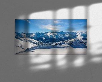 Uitzicht over de besneeuwde bergen in de Tiroler Alpen in Oostenrijk